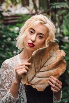 Moda closeup de mulher loira caucasiana em estufa