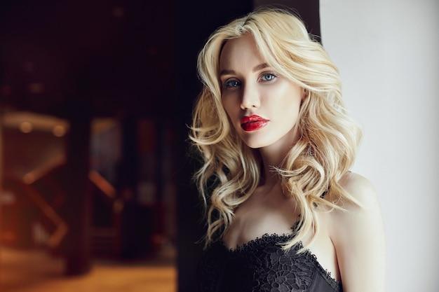 Moda closeup de uma linda mulher loira