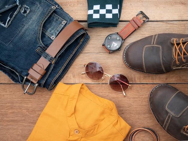 Moda criativa para homens roupas casuais em madeira. vista do topo