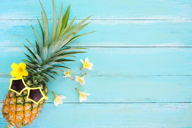 Moda de abacaxi hipster. conceito de fundo de férias de verão.