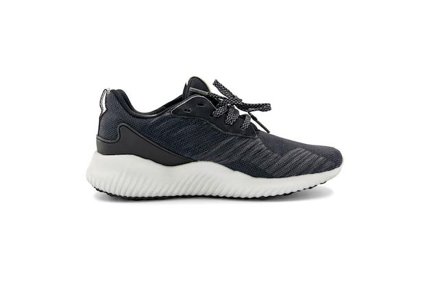 Moda de cor preta e calçados esportivos isolados no fundo branco.
