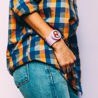 Moda de estilo country verão. acessórios. jóias, relógios, jeans azul clássico, camisa xadrez