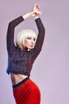 Moda de festa mulher loira de camisa escura e brilhante
