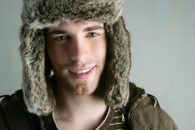 Moda de inverno de pele chapéu jovem outono marrom