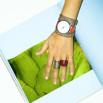 Moda de joias vermelhas. seja elegante, senhoras.