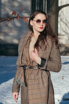 Moda de rua estilo garota encantadora em roupas de inverno