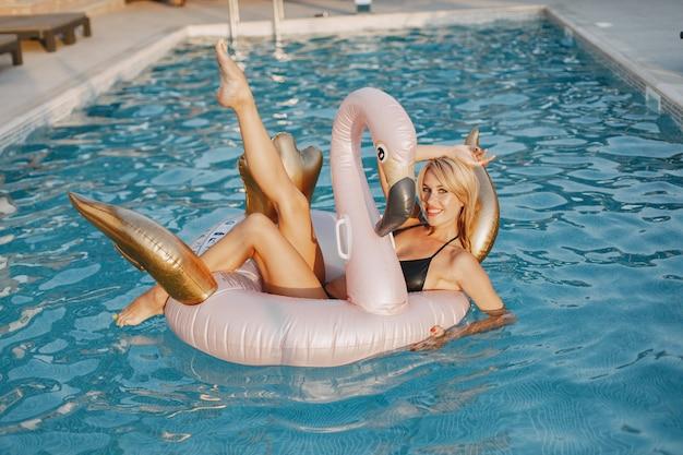 Moda de verão. mulher em um maiô perto da piscina. senhora de férias.