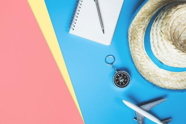 Moda de verão viagens e acessórios de viagem vista superior flatlay em azul rosa