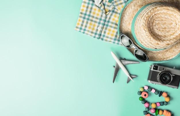 Moda de viagens de verão e acessórios de viagem flatlay vista superior sobre o pastel azul verde-azulado