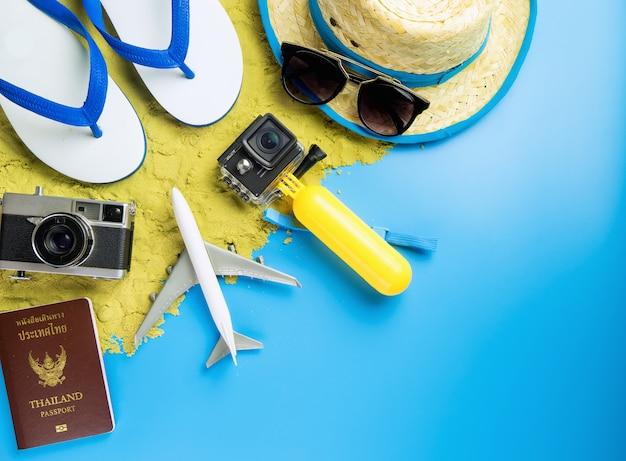 Moda de viagens de verão e objeto no espaço da cópia azul