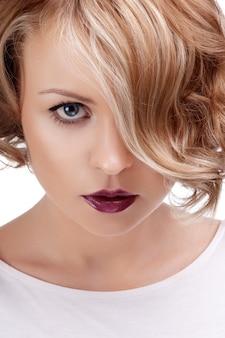 Moda fechar o retrato de uma mulher bonita com lábios vermelhos.