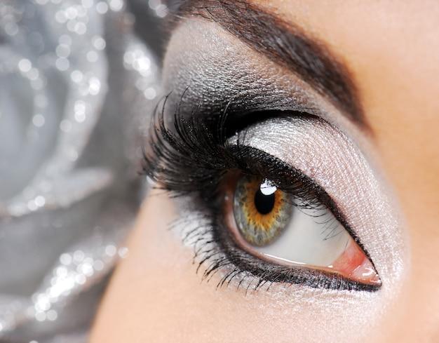 Moda. feliz ano novo maquiagem. olho de mulher.
