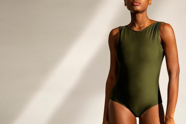 Moda feminina de verão em maiô verde inteiriço com espaço de design