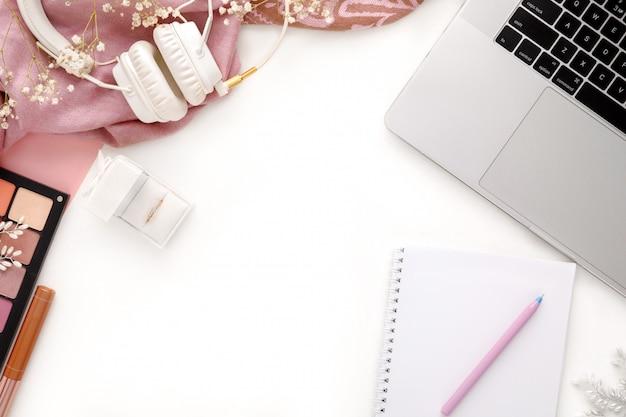 Moda feminina rosa acessórios conjunto. laptop, fones de ouvido e notebook