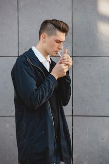 Moda hipster masculino modelo fumar