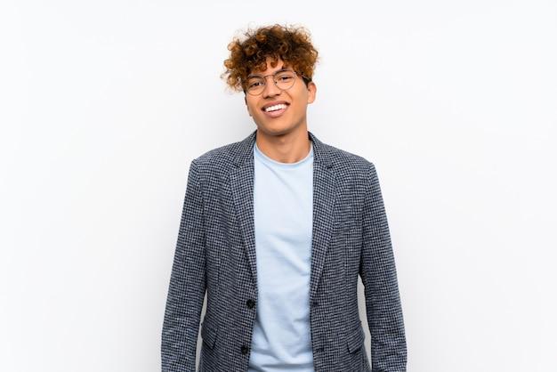 Moda homem afro-americano com óculos e feliz