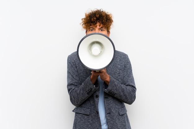 Moda, homem americano africano, sobre, isolado, parede branca, shouting, através, um, megafone