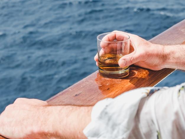 Moda homem segurando um copo bonito