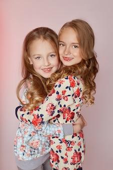 Moda infantil dois jovens modelos meninas crianças