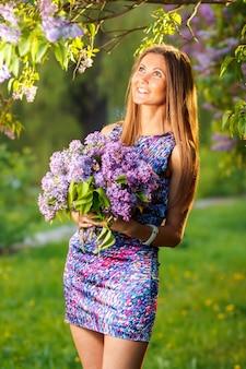 Moda jovem mulher com flores lilás