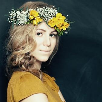 Moda jovem mulher em amarelo com flores