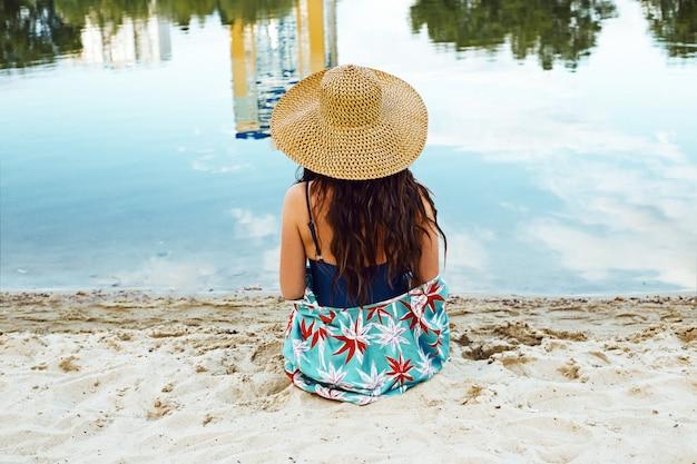 Moda jovem mulher em trajes de banho na praia