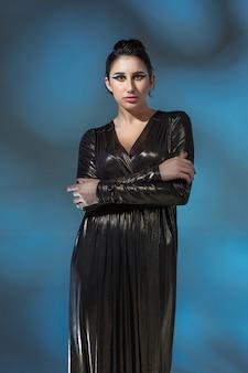 Moda jovem mulher em um vestido preto elegante. modelo de glamour em pose de moda