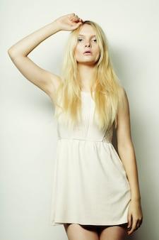 Moda jovem mulher loira de vestido branco