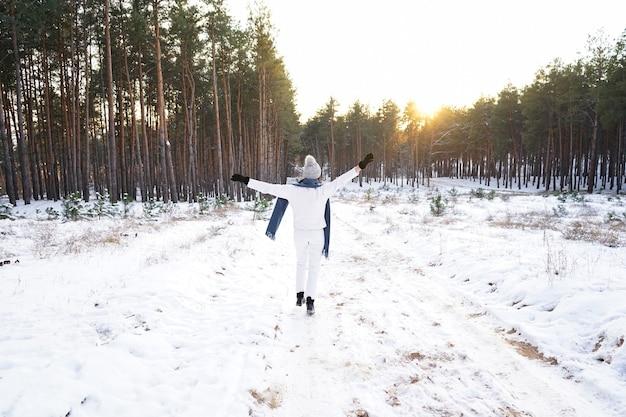 Moda jovem mulher na floresta de inverno.