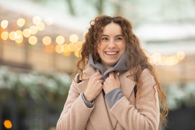 Moda jovem mulher no inverno.