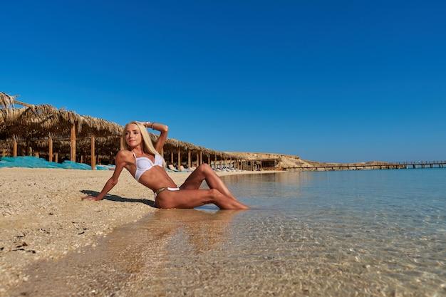 Moda jovem mulher sentada na praia