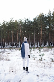 Moda jovem na floresta de inverno, verticalmente