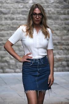 Moda jovem olhando enquanto posava para a câmera em uma rua de barcelona