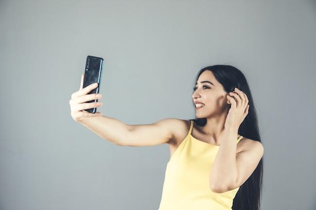 Moda jovem segurando telefone e selfie