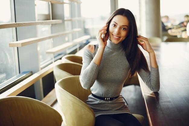Moda jovem sentado num café