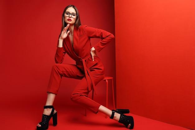 Moda jovem vestida de vermelho