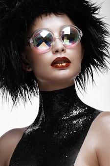 Moda linda mulher com maquiagem criativa, peruca e óculos de cor