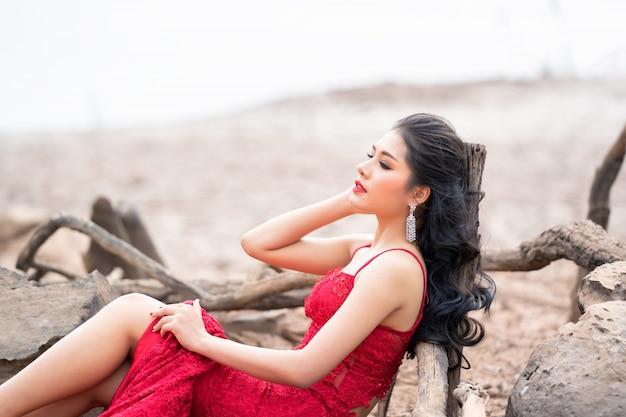 Moda linda mulher no vestido vermelho outono