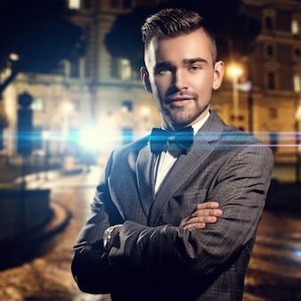 Moda, luxo. cavalheiro adulto em pé na rua