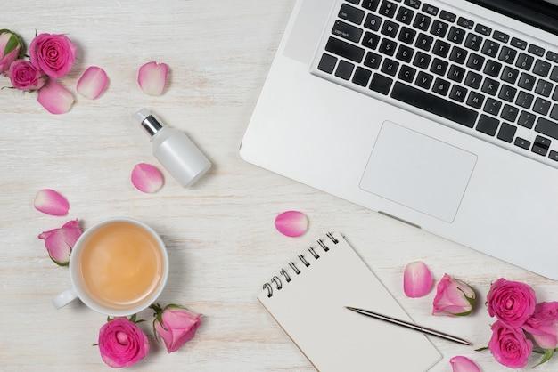 Moda maquiagem cosmética com rose. camada plana, vista superior em fundo rosa