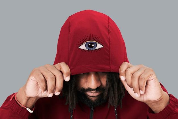 Moda masculina com capuz vermelho