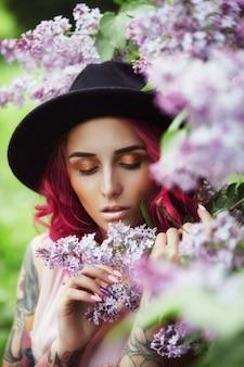 Moda menina cabelo vermelho e grande chapéu