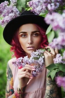 Moda menina cabelo vermelho e grande vocação de chapéu, primavera