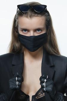 Moda menina na máscara médica e luvas
