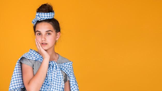 Moda menina posando com espaço de cópia