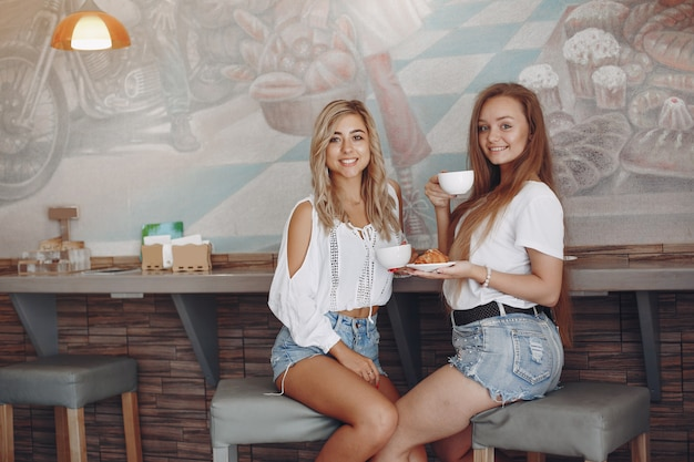 Moda meninas sentado em um café