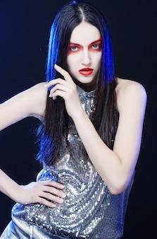 Moda modelo mulher com maquiagem vermelha