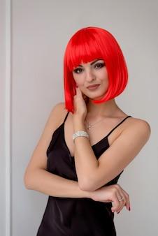 Moda modelo sensual com cabelo laranja