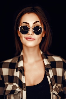 Moda mulher beleza usando óculos escuros, camisa xadrez.