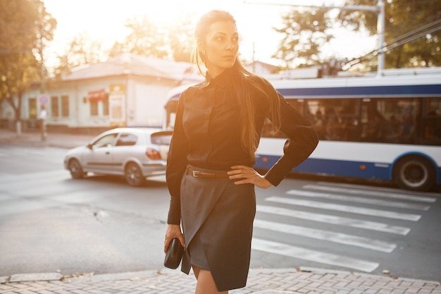Moda mulher bonita andando pelas ruas da cidade velha